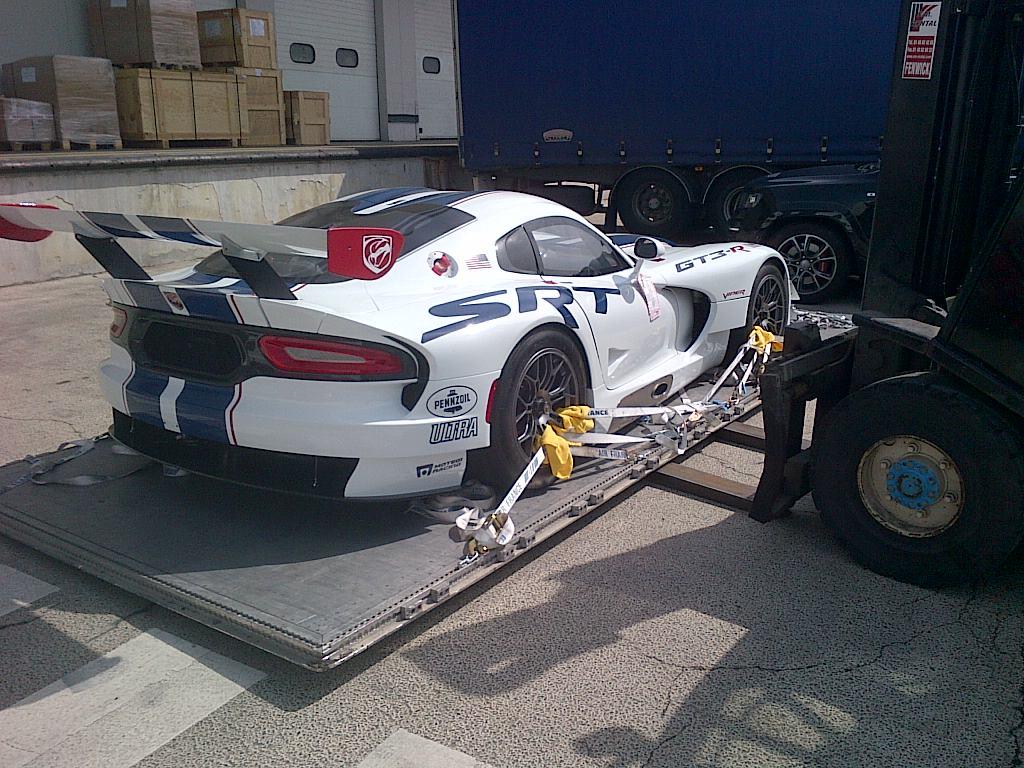 SRT-Viper-GT3-R-unloading