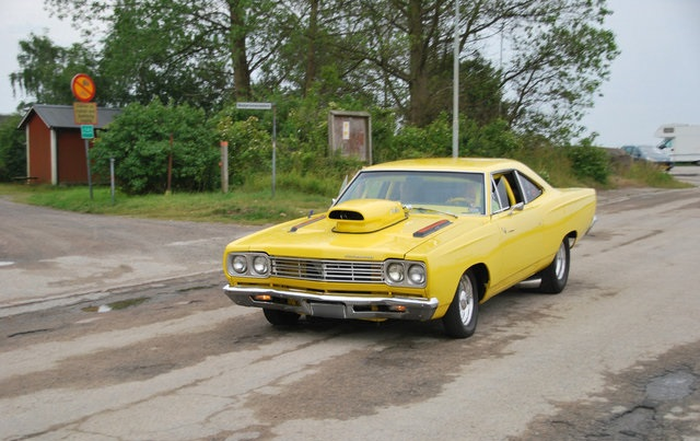 1969-Plymouth-Road-Runner-yellow-1