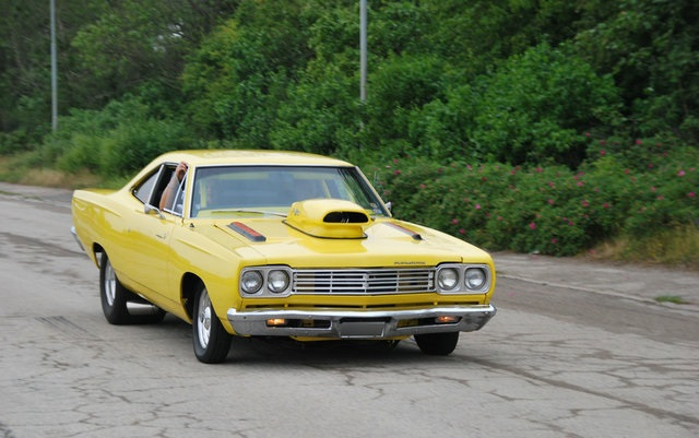 1969-Plymouth-Road-Runner-yellow