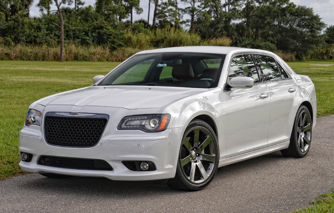 2014-Chrysler-300-SRT-3qtr