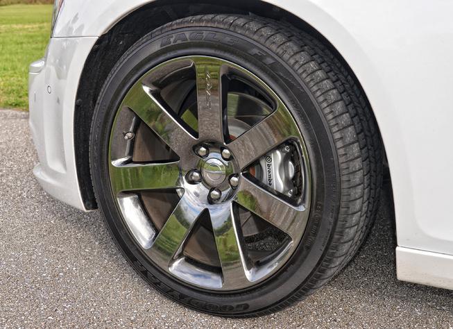 2014-Chrysler-300-SRT-wheel