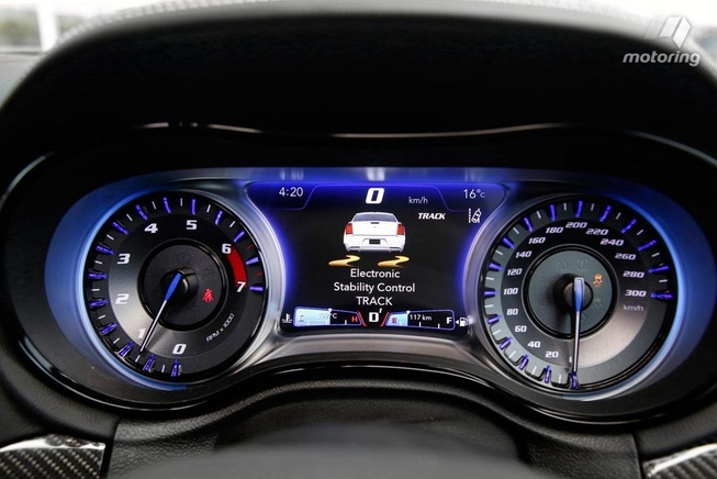 2016-Chrysler-300-SRT-dash