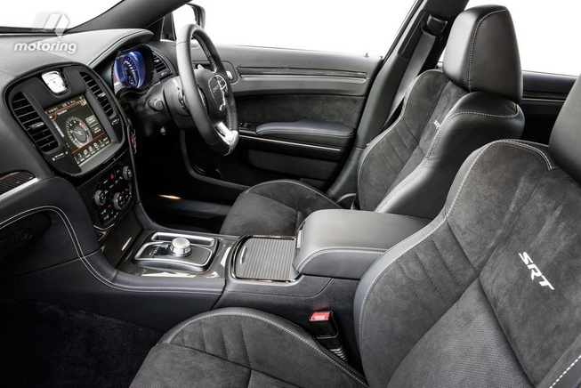 2016-Chrysler-300-SRT-interior