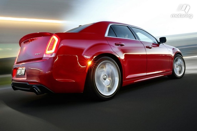2016-Chrysler-300-SRT
